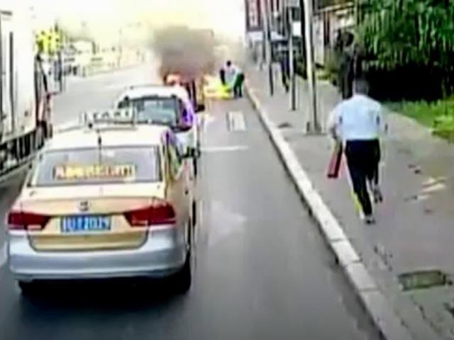 """Người đàn ông bị lửa """"nuốt chửng"""" và pha cứu người nhanh như cắt của tài xế xe buýt"""