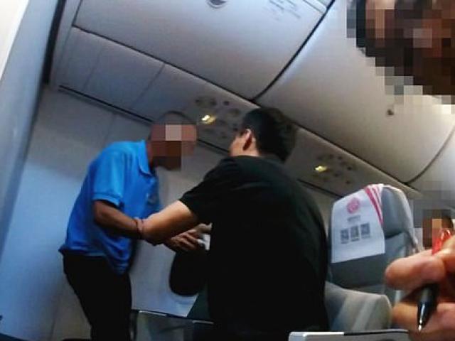 Hú hồn với hành khách đòi đập vỡ cửa sổ máy bay để nhảy dù