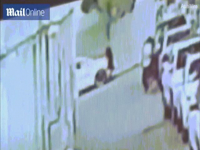 Khoảnh khắc người đàn ông TQ lấy thân mình đỡ bé trai rơi từ tầng 4