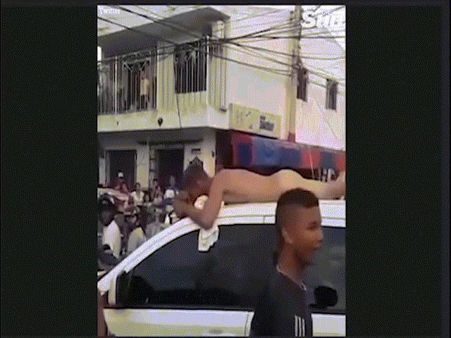 Chồng ngoại tình bị vợ bắt nằm khỏa thân trên nóc ô tô đi diễu phố