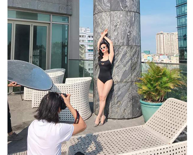 Vốn xuất thân là người mẫu, Phương Oanh tự tin tạo dáng, tương tác để tạo ra những tấm hình đẹp như tạp chí thời trang.
