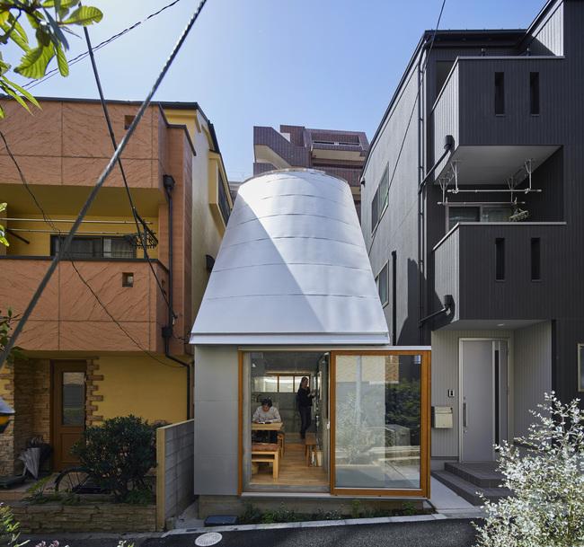 Ngôi nhà có diện tích 18m2, nằm lọt thỏm giữa khu phố đắt đỏ tại thành phố Tokyo, Nhật Bản.