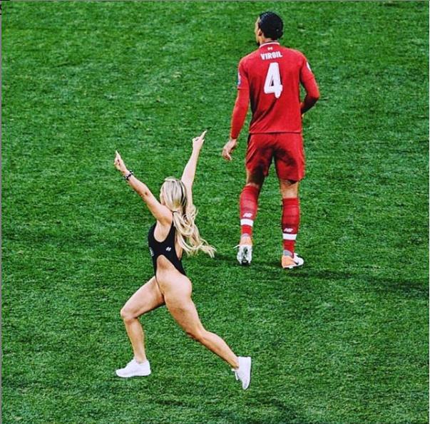 Body phồn thực của cô người mẫu lao xuống sân cỏ, làm loạn chung kết C1 - 1