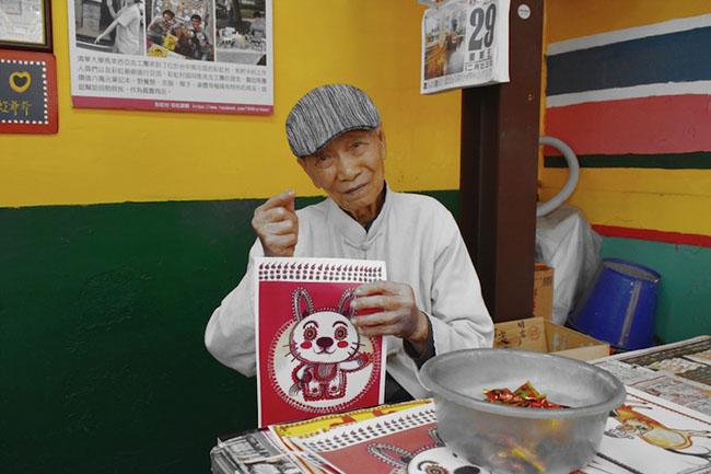 Tự mình tô vẽ, cụ ông 97 tuổi không ngờ ngôi làng cũ trở thành nơi thu hút hàng triệu người đến thăm - 1