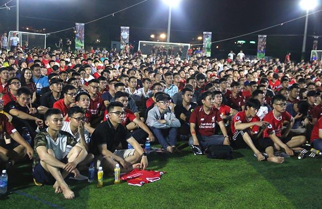 """Fan Việt xinh đẹp ôm con """"quẩy"""", khóc mừng Liverpool vô địch - 1"""