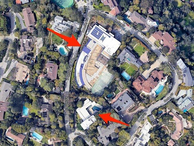 Dinh thự này trên phố Bentley Circle, Los Angeles (Mỹ). Ngôi nhà lớn hơn có giá 45 triệu USD (~1.049tỷ VND), và ngôi nhà nhỏ dành cho người giúp việc có giá 7,2 triệu USD (~167tỷ VND).