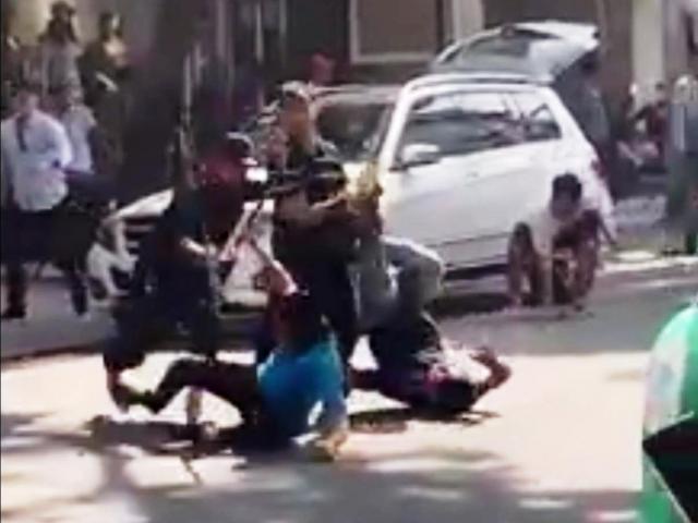 Rùng mình với hình ảnh 2 nhóm người hỗn chiến kinh hoàng trên phố Sài Gòn