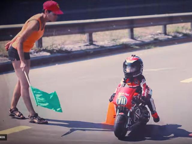 """Khoảnh khắc """"đốn tim"""" người đam mê tốc độ của biker nhí 4 tuổi"""