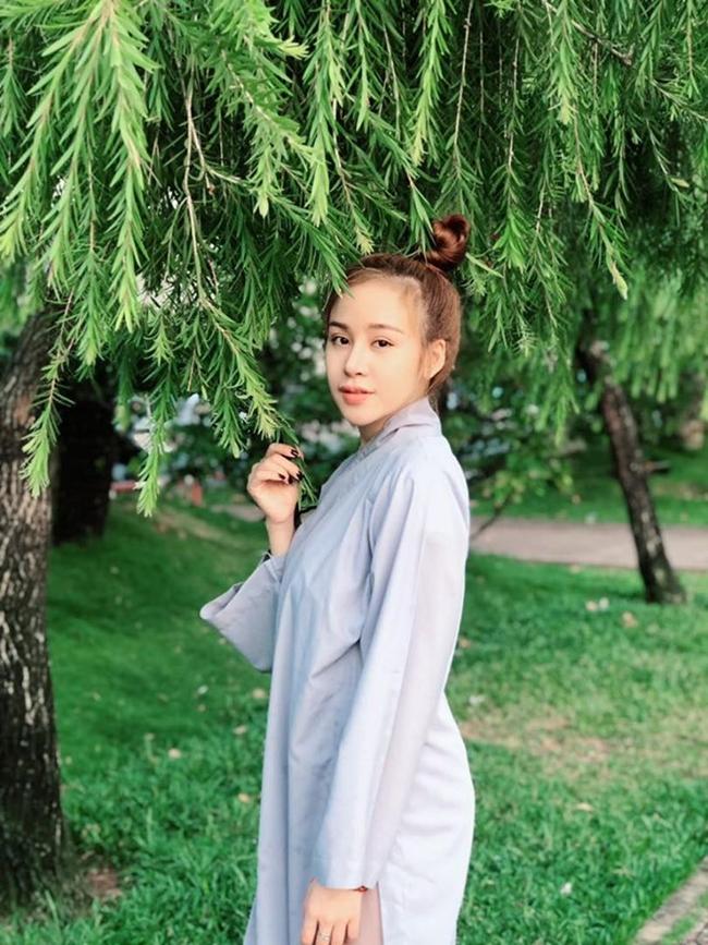 Thời gian rảnh rỗi, Bà Tưng mặc áo lam kín đáo lên chùa đọc kinh, niệm Phật.