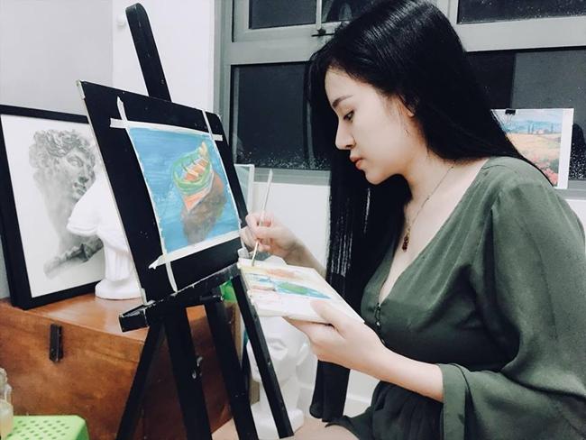 Ngoài ra, cô còn dành thời gian cho những sở thích cá nhân như tập gym, vẽ tranh và đi du lịch.