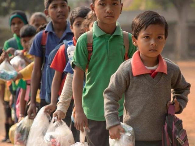 Lạ lùng học sinh trả học phí bằng… rác thải nhựa ở Ấn Độ