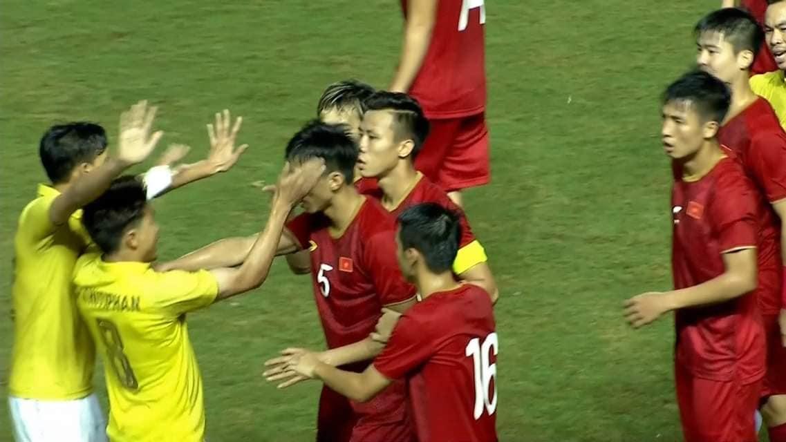 Bị cầu thủ Thái Lan tát thẳng vào mặt, Đoàn Văn Hậu nói gì với bố? - 1