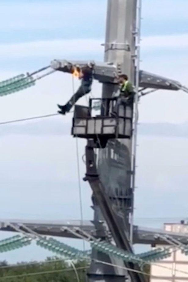 """Video: Thợ điện """"hít xà đơn"""" trên cột điện cao thế ở độ cao 40 mét - 1"""