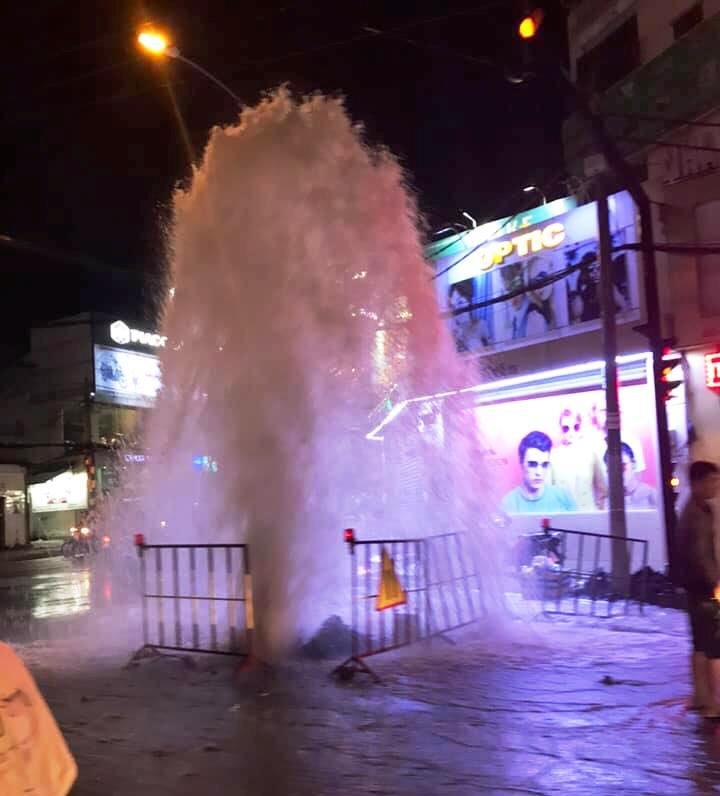Nguyên nhân không thể ngờ khiến nước phun như vòi rồng trên phố Sài Gòn - 1