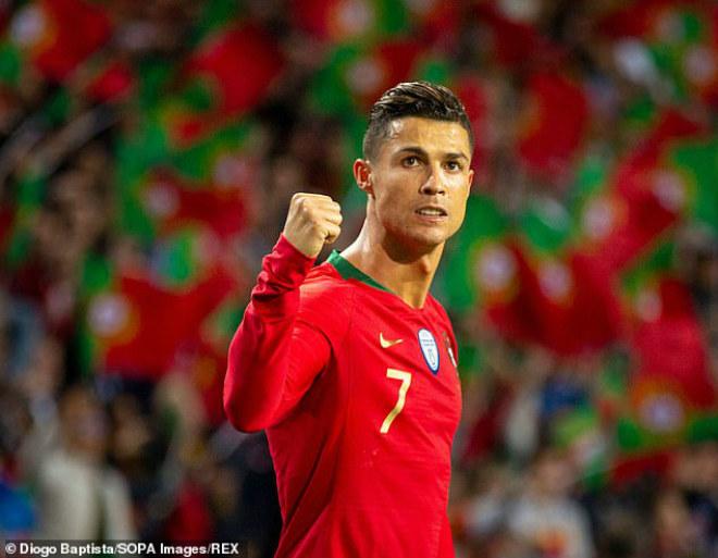"""Clip triệu view: """"Phù thủy"""" Ronaldo 34 tuổi múa bóng hủy diệt SAO trẻ 24 tuổi - 1"""