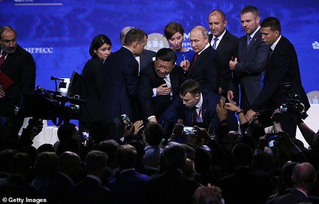 Khoảnh khắc ông Tập Cận Bình suýt ngã khỏi sân khấu trước mặt ông Putin - 1