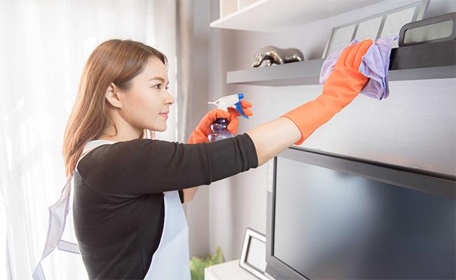 1. Vệ sinh và dọn dẹp: Các vật dụng làm sạch được sử dụng chứa rất nhiều hóa chất độc hại có thể gây có nguy cơ gây ra bệnh hen suyễn. Hóa chất trong các chất tẩy rửa này có thể tạo ra phản ứng bất lợi với các mô phổi của bạn. Các chất tẩy rửa hữu cơ cũng không tốt hơn vì nó giải phóng các hợp chất hữu cơ dễ bay hơi có thể gây ra các vấn đề hô hấp mãn tính và phản ứng dị ứng.
