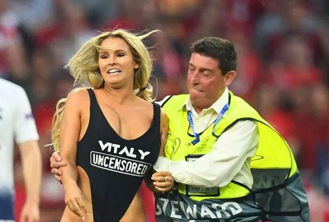Gây náo loạn chung kết Champions League, mẫu nữ khoả thân nhận án phạt - 1