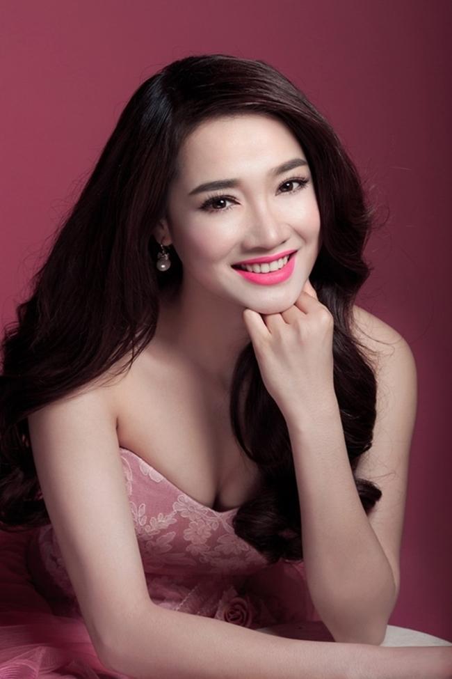 Trong các bộ ảnh nghệ thuật, bà xã Trường Giang diện đầm cup ngực khoe vòng 1 gợi cảm.
