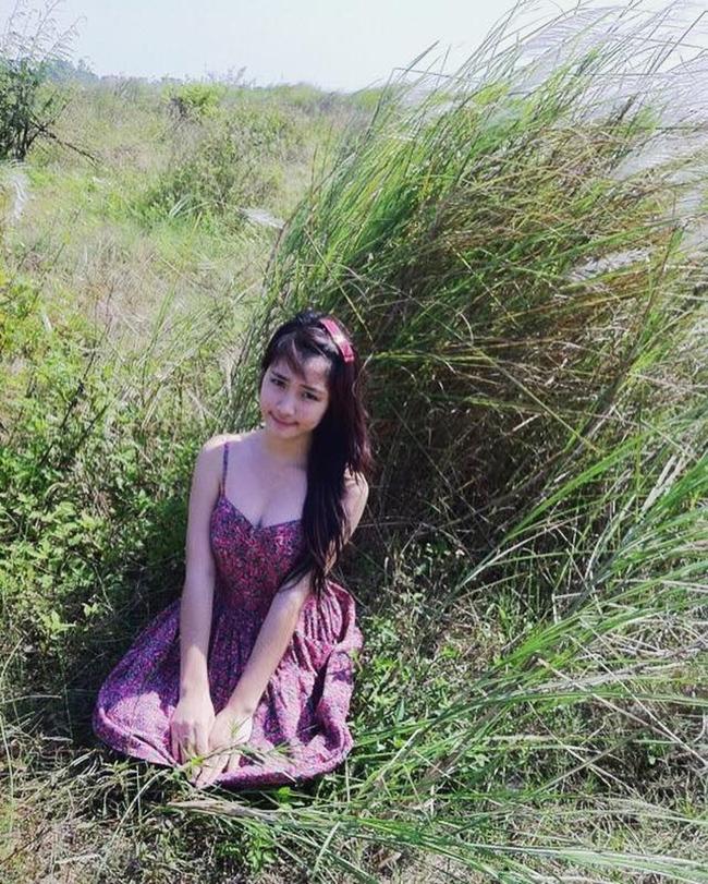 """Đáp trả dư luận, ca sĩ quê Bắc Ninh đăng tải lại bức ảnh cô chụp năm 2011 (thời điểm Hòa Minzy vừa 16 tuổi). Trong ảnh, người đẹp 9X diện váy hoa nhí khoét sâu để lộ vòng 1 căng đầy, quyến rũ. """"Dữ dội quá! 16 tuổi cũng xin căng tràn thế này nên giờ em 21 đừng ai bảo em đi bơm ngực nữa nha"""", Hòa Minzy viết."""