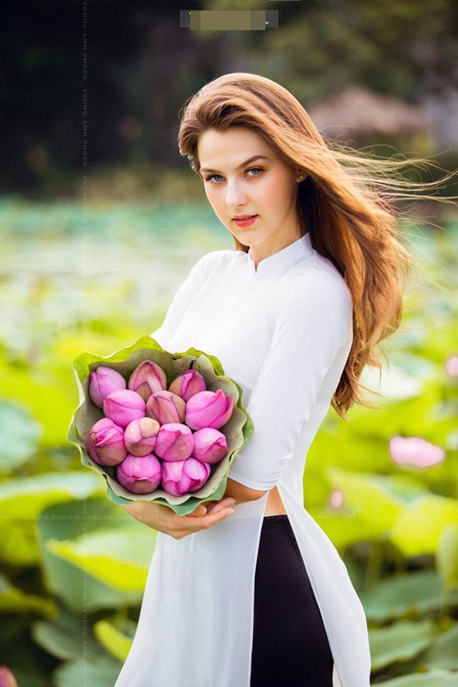 """""""Cô ấy nói rằng rất thích hoa sen và muốn có bộ ảnh chụp cùng loài hoa này nhưng hôm nay mới có cơ hội"""", Trung Anh nói."""