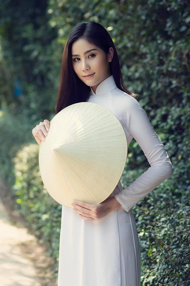 Ngoài các bộ ảnh bikini nóng bỏng, thỉnh thoảng Hoàng Hạnh khoe sắc dịu dàng với áo dài thướt tha.
