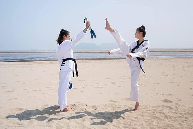 Cô không ngại thể hiện các tư thế võ Taekwondo khó nhất, đá chân qua đầu đối thủ. Người đẹp tâm sự cô đã giành hết đam mê cho Taekwondo, và cũng đến lúc phải chọn một con đường ổn định và nhẹ nhàng hơn.
