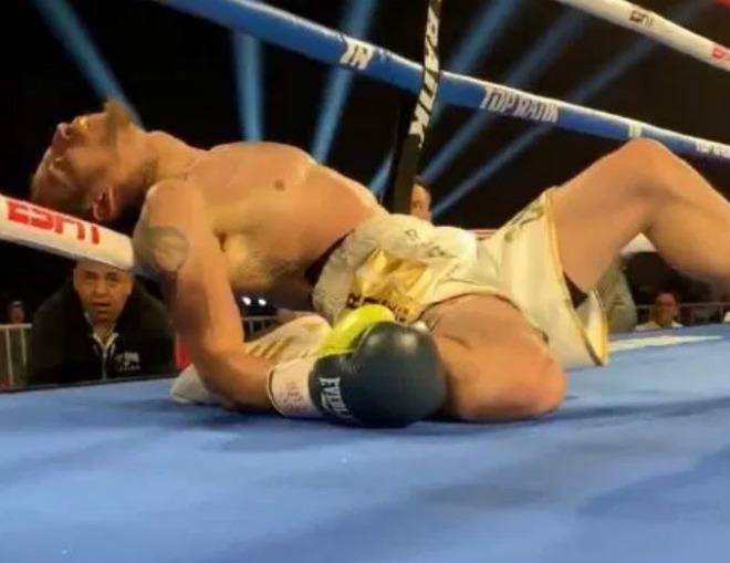 """Boxing đáng sợ: Cú đấm """"Bazooka"""" hủy diệt, đối ngủ ngất lịm trên dây - 1"""