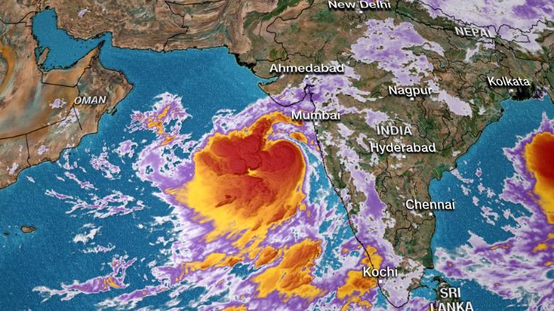 Hàng triệu người Ấn Độ đối mặt với cơn bão lớn nhất trong hàng thập kỷ - 1