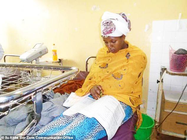 Vừa sinh con xong, cô gái làm bài thi ngay tại bệnh viện - 1