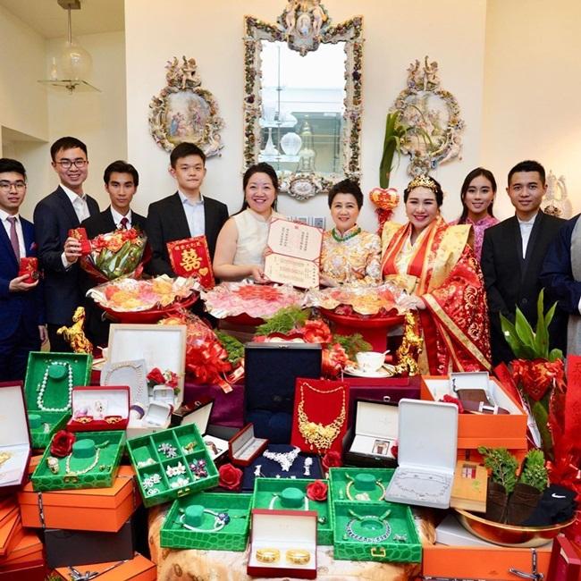 Ngoài ra, cặp đôi này còn được nhận 100 triệu đô la Hong Kong (~297 tỷ đồng) trang sức, vàng.