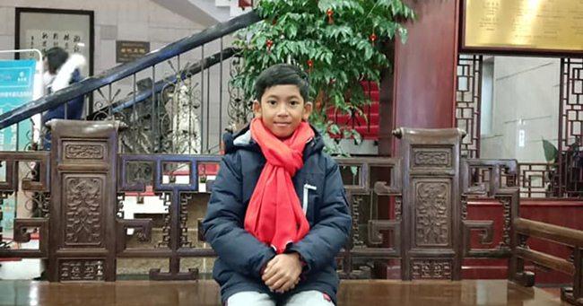 Thuch Salik (người Campuchia) từng được nhiều người biết đến khi một video clip quay cảnh cậu bé bán hàng lưu niệm và nói nhiều ngôn ngữ khác nhau ở gần đền Angkor Wat 2018 được chia sẻ trên mạng xã hội. Hiện, cậu bé đã đến học tại một trường ngoại ngữ ở Chiết Giang, Trung Quốc.
