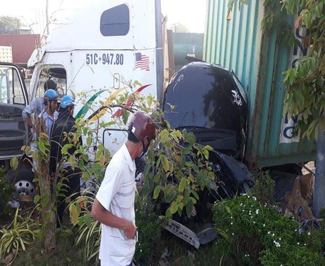 Ớn lạnh với hiện trường vụ TNGT, 3 người tử vong trong ô tô vỡ nát - 1