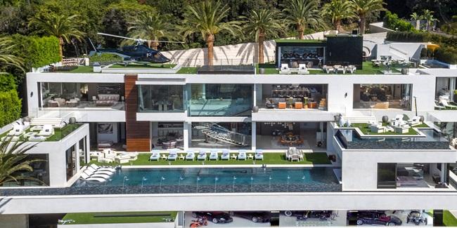 """Giảm giá """"sốc"""":Biệt thư này nằm ở số 924 đường Bel Air, Los Angeles, Mỹ được rao bán trên thị trường từ hơn 2 năm trước với giá 250 triệu USD (~5,8 nghìn tỷ). Vào thời điểm đó, đây là căn nhà được rao bán đắt nhất ở Mỹ."""