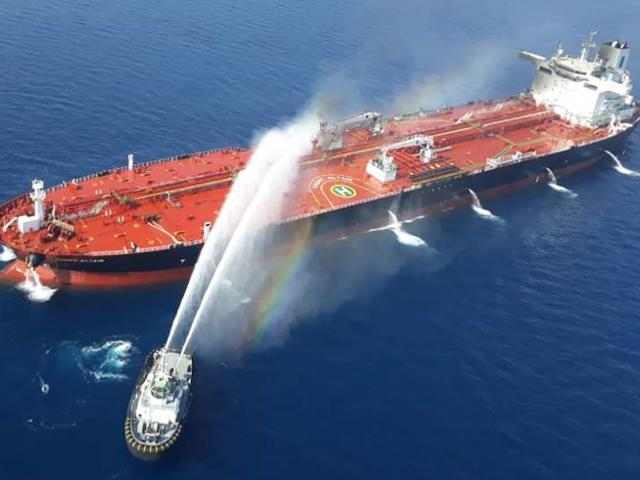 Vụ tấn công 2 tàu dầu thổi bùng nguy cơ chiến tranh Mỹ-Iran?