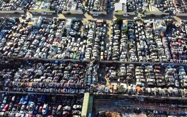 """Tại """"nghĩa địa siêu xe"""" ởSharjah, gần Dubai ở UAE có những chiếc xe Rolls Royces, Ferraris, Bentley nằm ở đây suốt nhiều năm trời."""