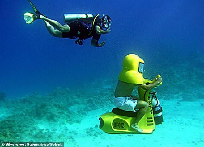"""ĐỘC: """"Xe máy"""" cho phép người lái thỏa thích khám phá vẻ đẹp dưới nước - 1"""