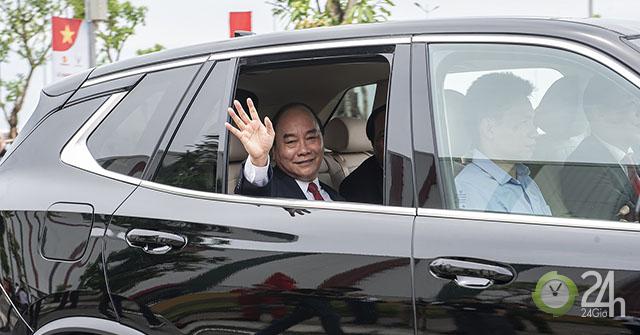 Chủ tịch Phạm Nhật Vượng đích thân cầm lái chở Thủ tướng trên chiếc Vinfast LUX SA2.0
