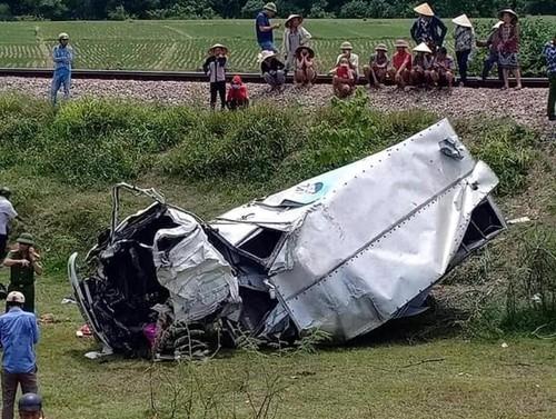 Cố băng qua đường sắt, xe tải bị tàu hoả đâm nát bét - 1