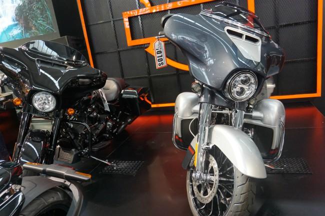 Harley-Davidson tạo ấn tượng mạnh tại Vietnam AutoExpo 2019 đang diễn ra ở Trung tâm Hội nghị Quốc gia Mỹ Đình, Hà Nội với bộ đôi siêu mô tô hành trình hàng khủng CVO Street Glide đời 2019. Ảnh CVO Street Glide màu bạc và màu đen.