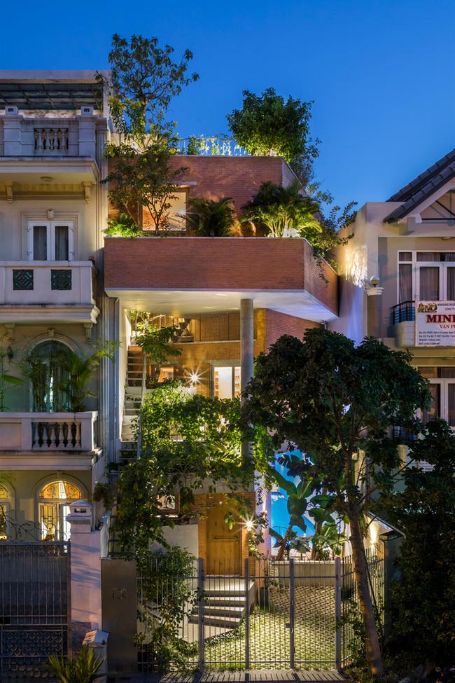 Đây là dự án nhà ở dành cho gia đình ba thế hệ nằm trong khu dân cư mới, cách trung tâm thành phố Hồ Chí Minh 15 phút lái xe.