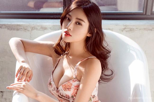 """Từ Đông Đông được biết đến với danh hiệu """"bom sex"""" hay """"Vòng một đẹp nhất Trung Quốc""""."""