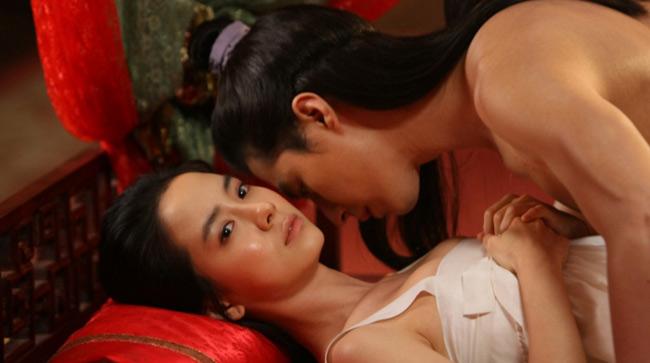 Trong Song hoa điếm, cô phải đóng cảnh nóng nhiều lần với nam chính Jo In Sung.
