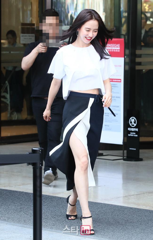 Song Ji Hyo cũng được nhắc tên trong danh sách nữ hoàng cảnh nóng sau khi cô tham gia phim điện ảnh 18+ Song hoa điếm. Tuy nhiên từ sau bộ phim này, Song Ji Hyo không còn xuất hiện trong cảnh nóng nào nữa.