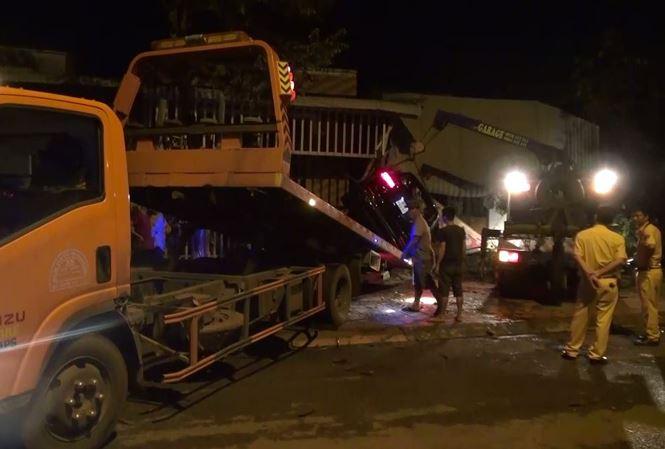 'Xế hộp' Mercedes tông liên tiếp 3 căn nhà, 3 người thương vong - 1