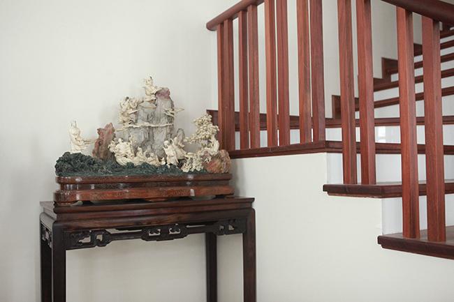 """Tại buổitrưng bày cây cảnh nghệ thuật, cổ đồ, đồ chơi VIP tại Long Biên (Hà Nội), tiểu cảnh """"bát tiên quá hải"""" được làm bằng ngọc quý thu hút khá đông ngườichú ý."""