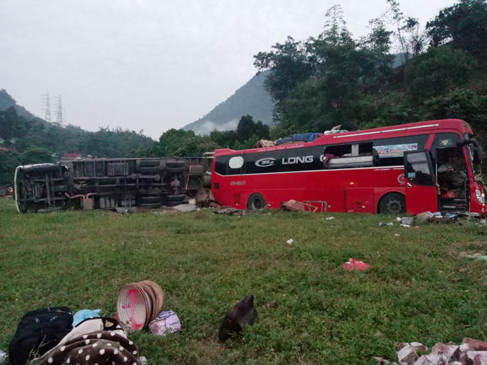 Nóng 24h qua: Xe chở sắt lao vào xe khách ở Hòa Bình, 40 người thương vong - 1