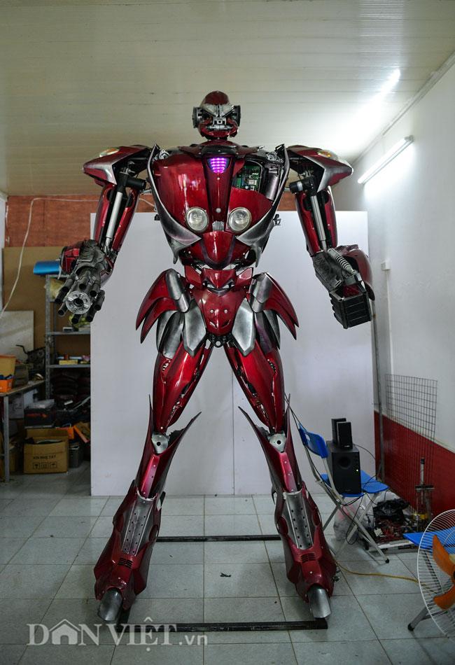 """Bạn trẻ Việt chế robot Transformer """"khổng lồ"""" từ rác thải nhựa - 1"""