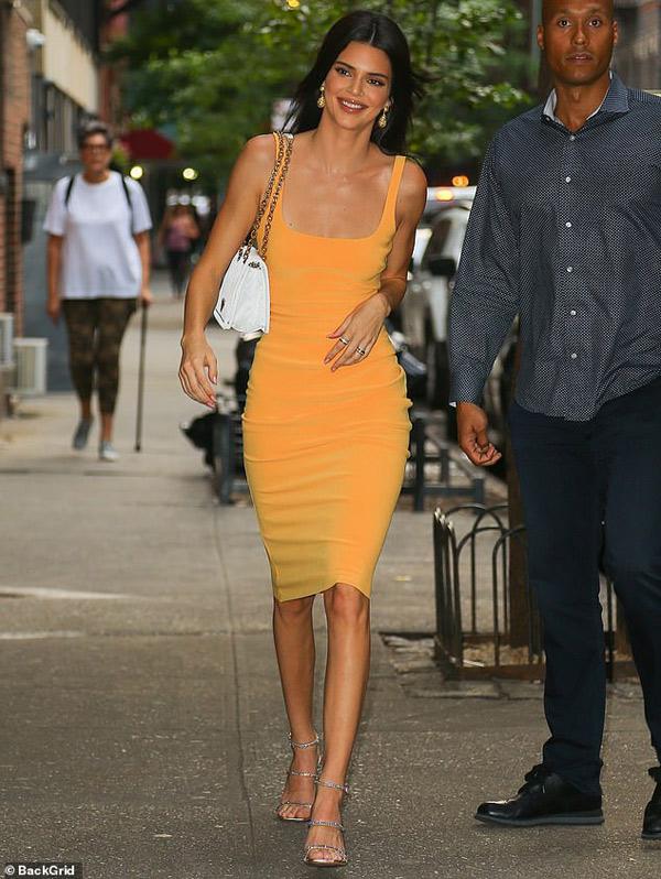 Siêu mẫu Kendall Jenner diện váy xinh, túi xịn đi ăn vặt, đẹp như ảnh tạp chí - 1