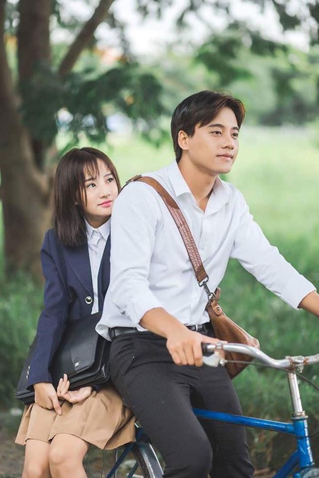"""Trong MV """"Em gái mưa"""" của Hương Tràm, Mai Tài Phến đóng vai thầy giáo và vai nữ sinh do Thanh Vy thủ vai."""
